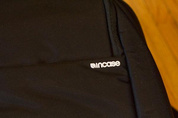 incase-dslr-pro-bag-front-logo