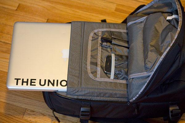 incase-dslr-pro-bag-laptop-pouch