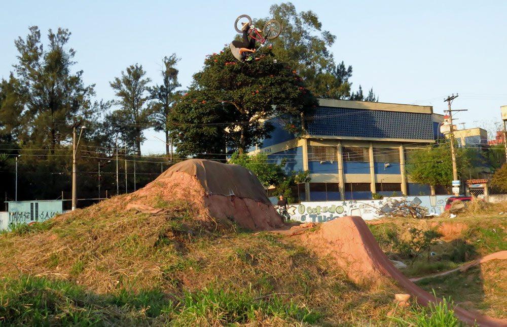 leandro-moreira-caracas-trails-bmx-frontflip